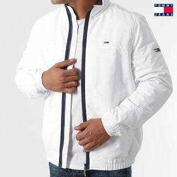 https://laboutiqueofficielle-res.cloudinary.com/image/upload/v1627651009/Desc/Watermark/3logo_tommy_jeans.svg Tommy Jeans - Veste Zippée Essential Padded 0975 Blanc
