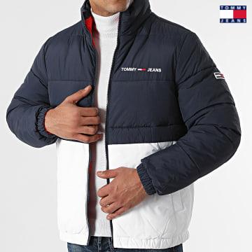 https://laboutiqueofficielle-res.cloudinary.com/image/upload/v1627651009/Desc/Watermark/3logo_tommy_jeans.svg Tommy Jeans - Doudoune Réversible Puffer 1185 Bleu Marine Blanc Rouge