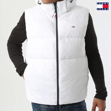 https://laboutiqueofficielle-res.cloudinary.com/image/upload/v1627651009/Desc/Watermark/3logo_tommy_jeans.svg Tommy Jeans - Doudoune Sans Manches Capuche Essential 1215 Blanc
