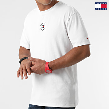 https://laboutiqueofficielle-res.cloudinary.com/image/upload/v1627651009/Desc/Watermark/3logo_tommy_jeans.svg Tommy Jeans - Tee Shirt Tiny Circular 1602 Blanc