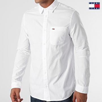 https://laboutiqueofficielle-res.cloudinary.com/image/upload/v1627651009/Desc/Watermark/3logo_tommy_jeans.svg Tommy Jeans - Chemise Manches Longues Essential Poplin 1870 Blanc
