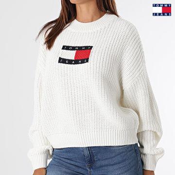 https://laboutiqueofficielle-res.cloudinary.com/image/upload/v1627651009/Desc/Watermark/3logo_tommy_jeans.svg Tommy Jeans - Pull Femme Center Flag 1001 Blanc