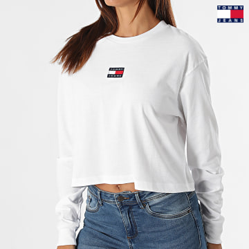 https://laboutiqueofficielle-res.cloudinary.com/image/upload/v1627651009/Desc/Watermark/3logo_tommy_jeans.svg Tommy Jeans - Tee Shirt Manches Longues Femme Crop Tommy Badge 1013 Blanc