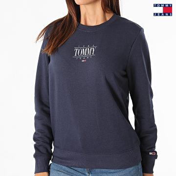 https://laboutiqueofficielle-res.cloudinary.com/image/upload/v1627651009/Desc/Watermark/3logo_tommy_jeans.svg Tommy Jeans - Sweat Crewneck Femme Regular Essential Logo 1046 Bleu Marine