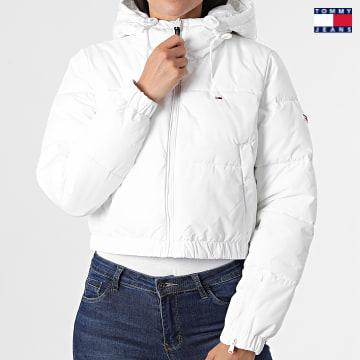 https://laboutiqueofficielle-res.cloudinary.com/image/upload/v1627651009/Desc/Watermark/3logo_tommy_jeans.svg Tommy Jeans - Doudoune Capuche Crop Femme 1104 Blanc