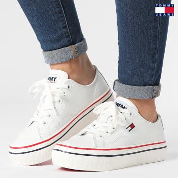https://laboutiqueofficielle-res.cloudinary.com/image/upload/v1627651009/Desc/Watermark/3logo_tommy_jeans.svg Tommy Jeans - Baskets Femme Platform Leather 1501 White