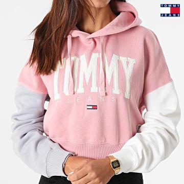 https://laboutiqueofficielle-res.cloudinary.com/image/upload/v1627651009/Desc/Watermark/3logo_tommy_jeans.svg Tommy Jeans - Sweat Capuche Crop Femme Color Block 2105 Rose