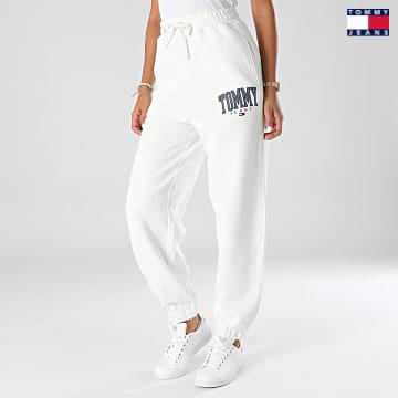 https://laboutiqueofficielle-res.cloudinary.com/image/upload/v1627651009/Desc/Watermark/3logo_tommy_jeans.svg Tommy Jeans - Pantalon Jogging Femme Collegiate 2107 Blanc