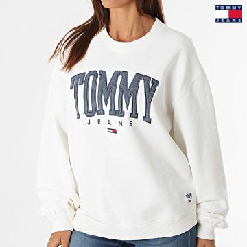 https://laboutiqueofficielle-res.cloudinary.com/image/upload/v1627651009/Desc/Watermark/3logo_tommy_jeans.svg Tommy Jeans - Sweat Crewneck Femme Collegiate 2103 Blanc