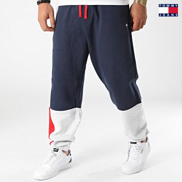 https://laboutiqueofficielle-res.cloudinary.com/image/upload/v1627651009/Desc/Watermark/3logo_tommy_jeans.svg Tommy Jeans - Pantalon Jogging A Bande Colorblock 1250 Bleu Marine Gris Chiné