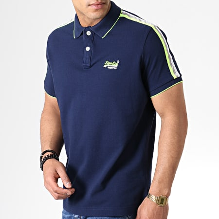 Superdry - Polo Manches Courtes A Bandes Team Sports Cali M11204EU Bleu Marine Jaune Fluo