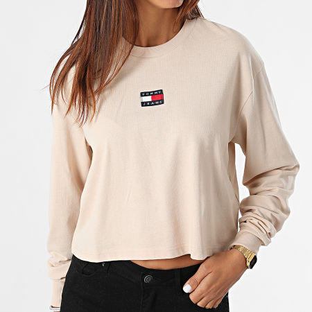 Tommy Jeans - Tee Shirt Manches Longues Femme Crop Tommy Badge 1013 Beige